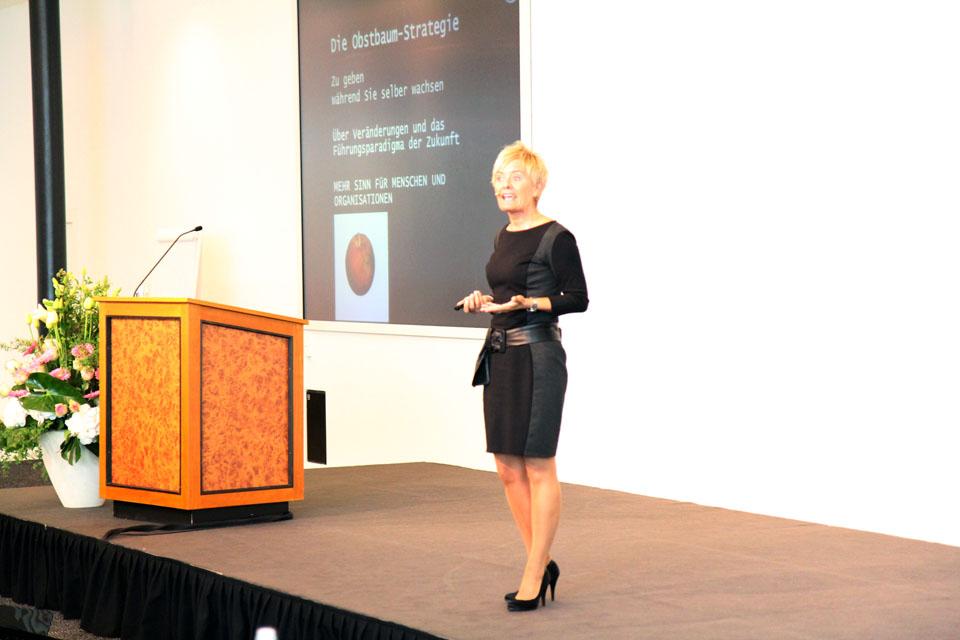 Helen Eriksen holder foredrag på tysk
